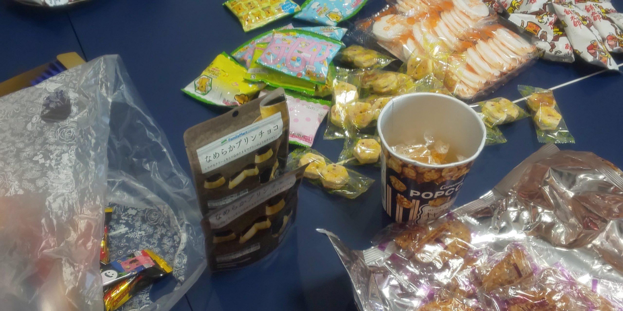 ボールデイに大量のお菓子が!実は昨日おやつ持ち寄りパーティーをしました。